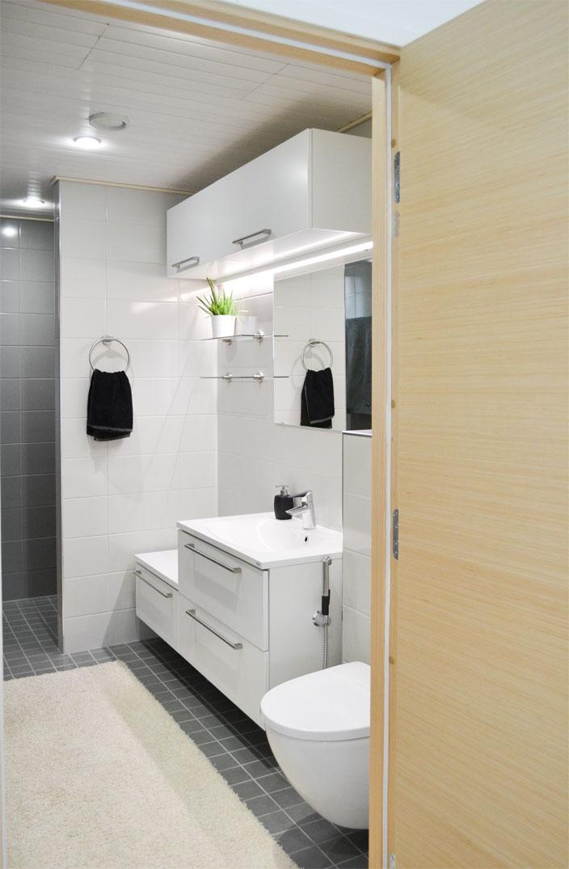 Kivitalon yläkerran iso kylpyhuone