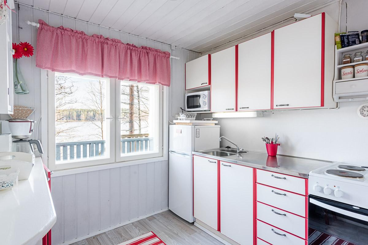 mökin sisustus-keittio-punainen-valkoinen