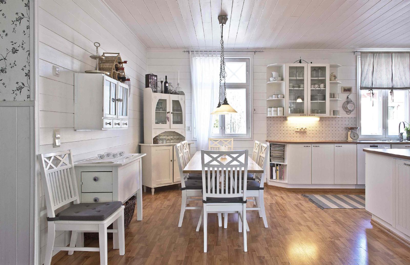 Viihtyisä maalaisromanttinen keittiö  Etuovi com Ideat