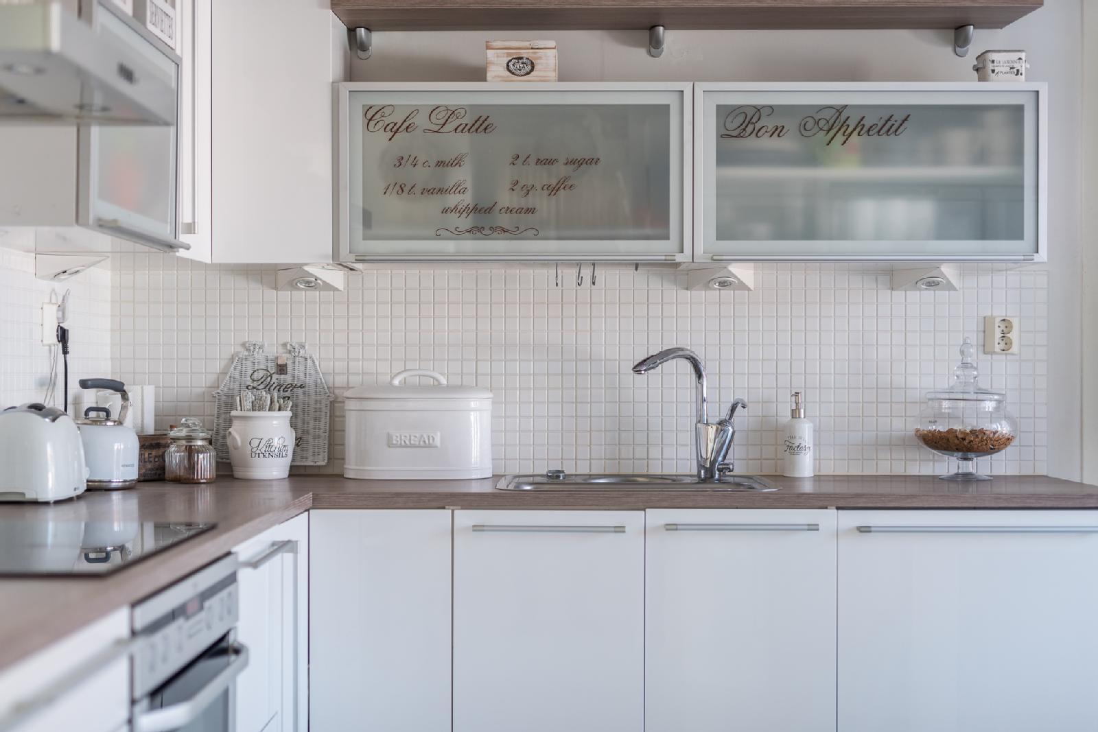 Keittiö täynnä kauniita yksityiskohtia  Etuovi com Ideat & vinkit