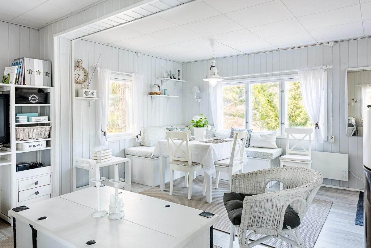 Ihana maalaisromanttinen olohuone kesämökissä  Etuovi com Ideat & vinkit