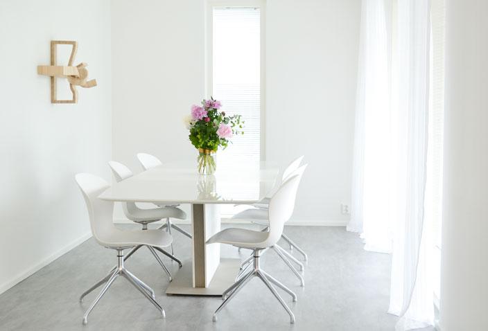 LKV vaisto -talo, kukat ja veistos ruokailutilassa, Asuntomessut 2016