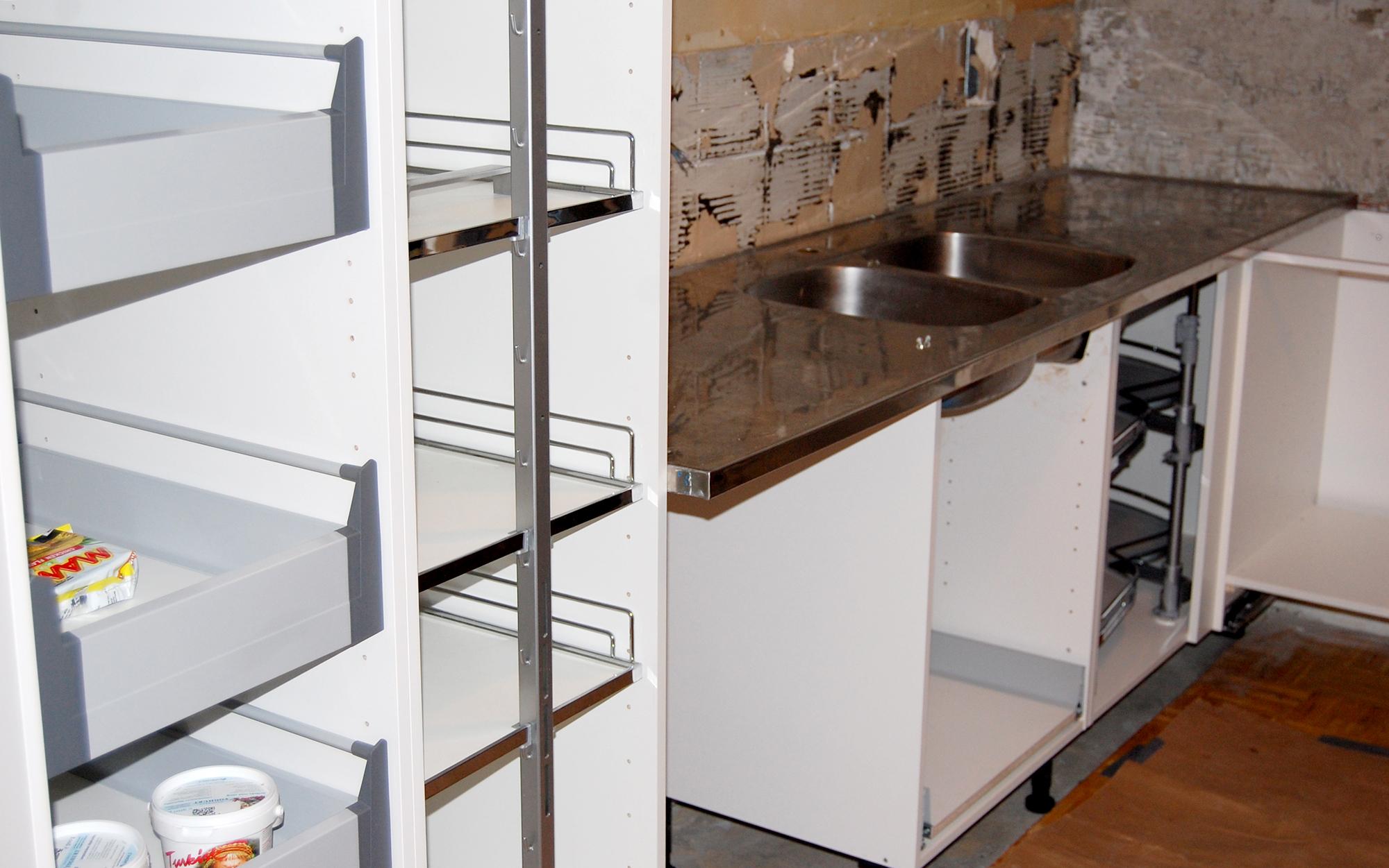 keittiön kalusterungot ja -mekanismit paikoillaan