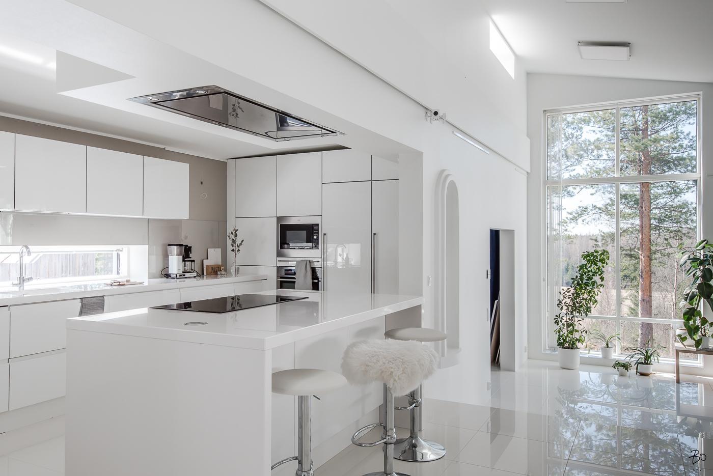 Valoisa ja moderni keittiö saarekkeella  Etuovi com Ideat & vinkit