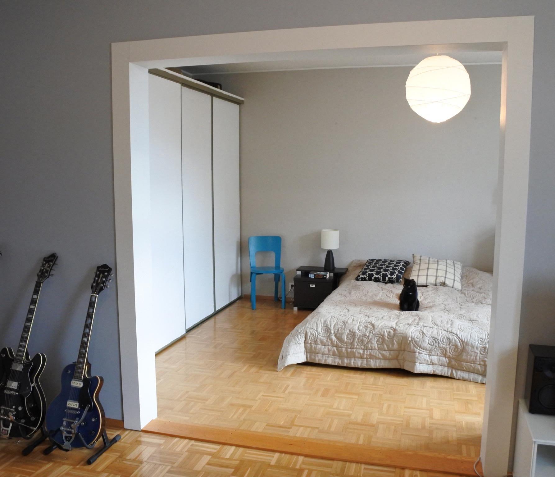 Makuuhuoneen ja olohuoneen väliin tarvittiin ovi.