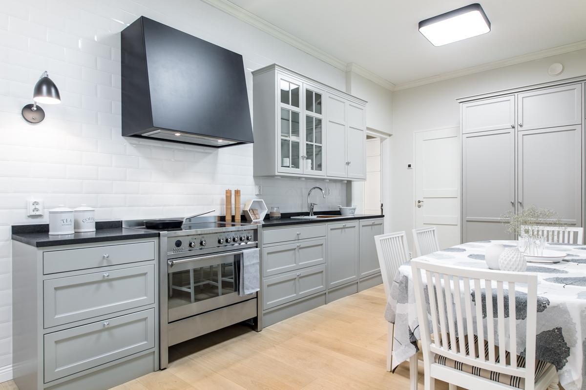 Harmaa täyspuinen keittiö  Etuovi com Ideat & vinkit