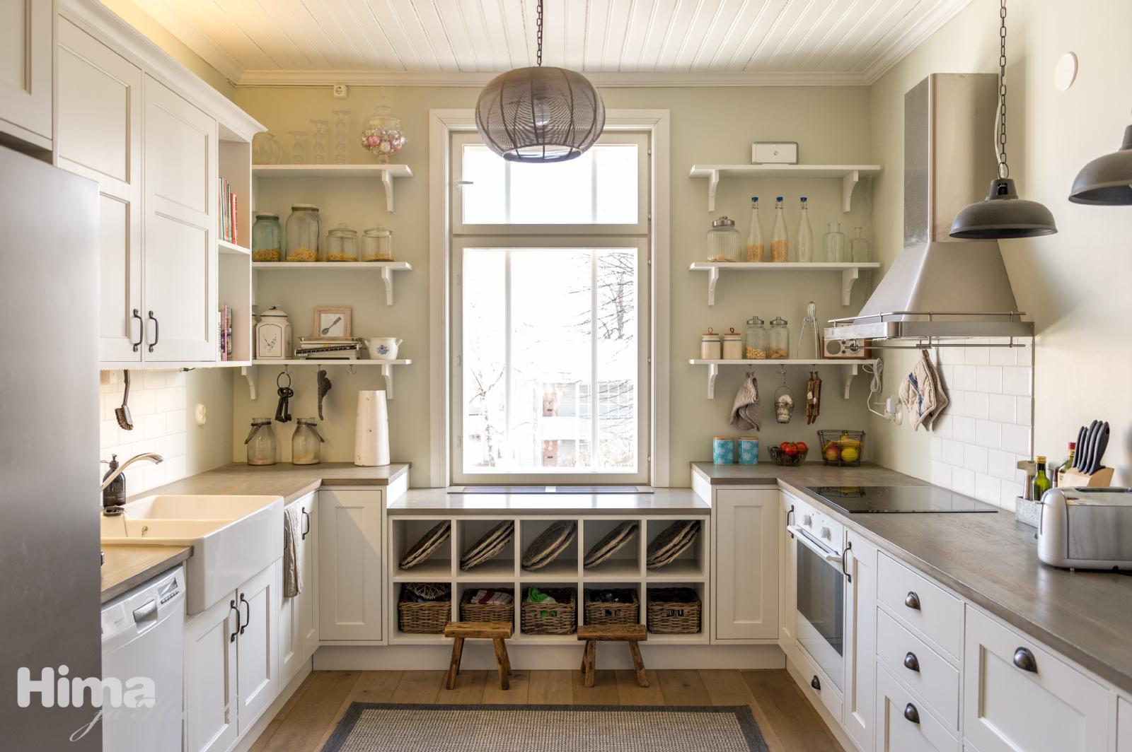 Puusepän tekemä, kartanotyylinen keittiö  Etuovi com Ideat & vinkit