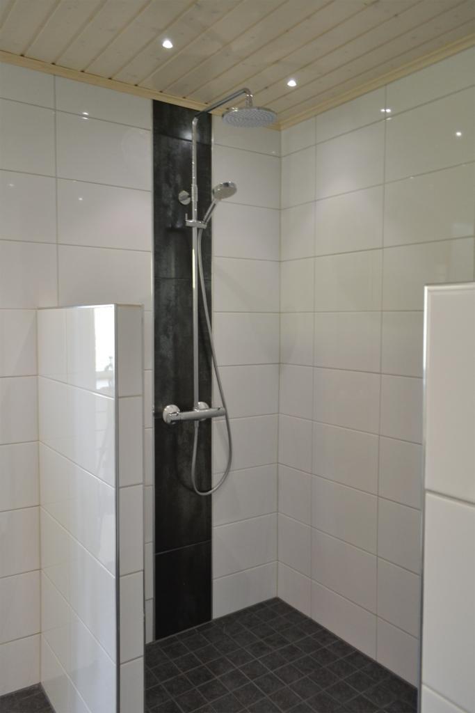 90-luvun omakotitalon kylpyhuone remontin jälkeen
