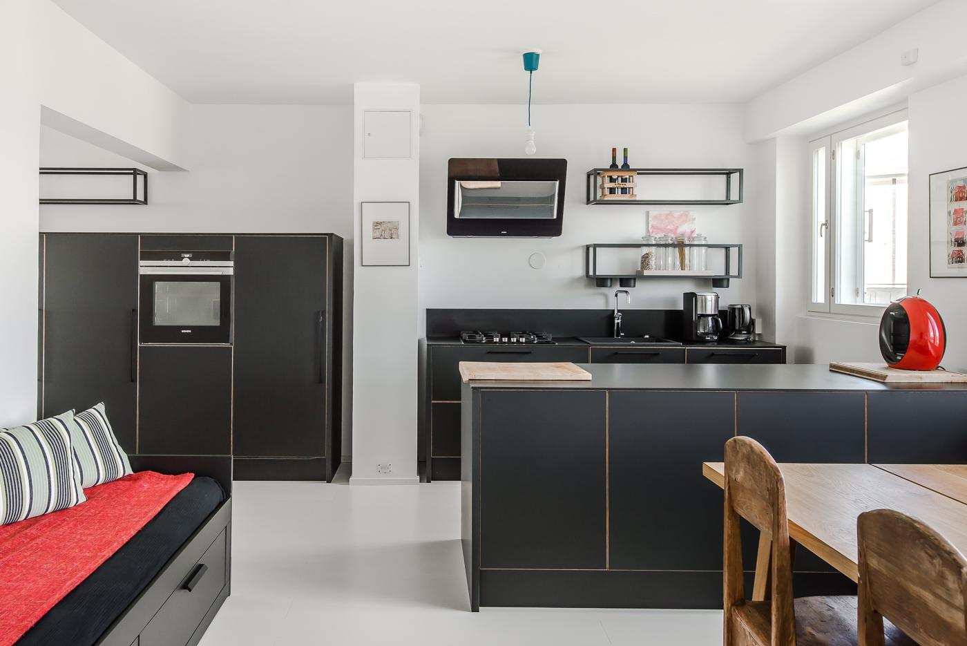 Selkeälinjainen musta keittiö