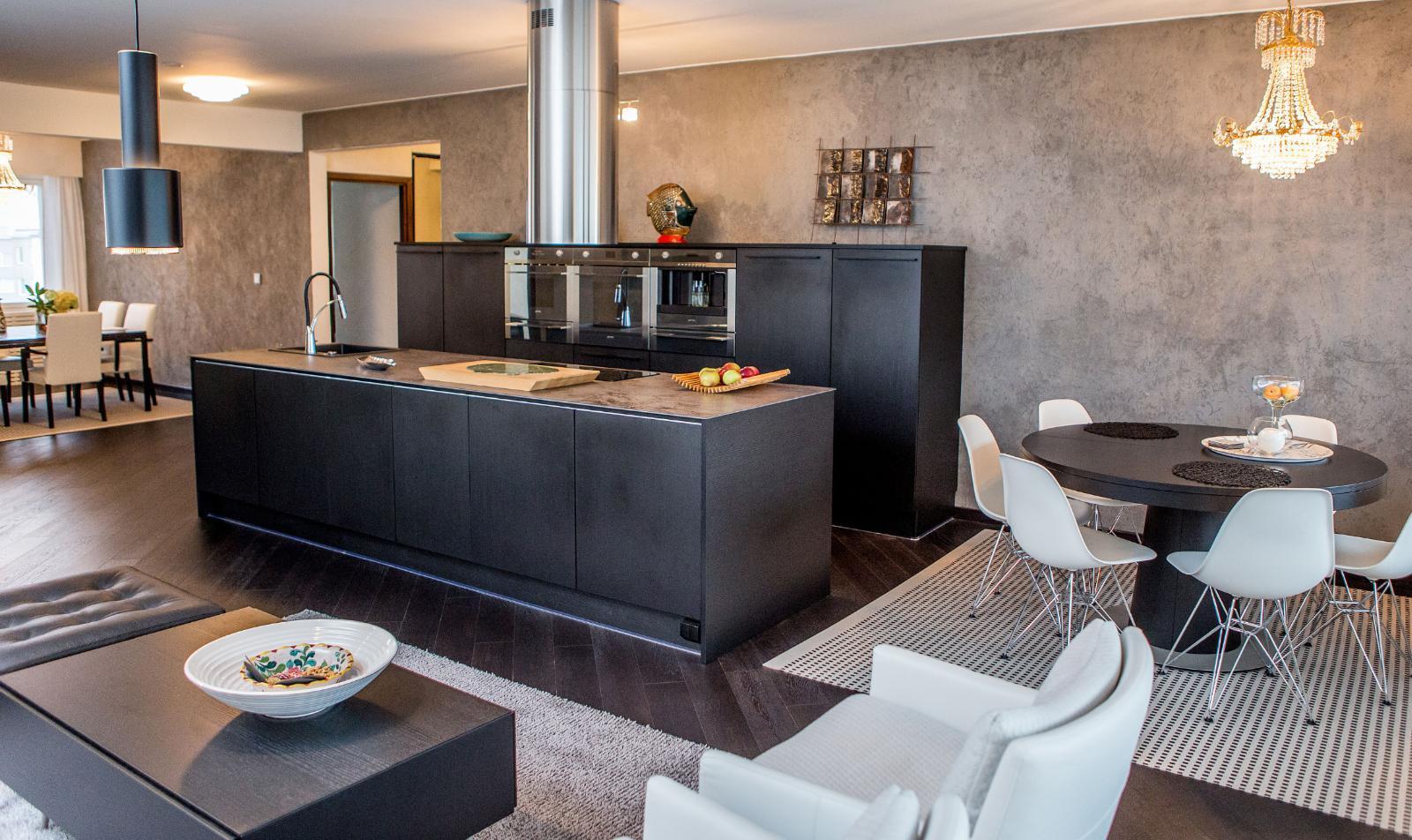 Musta keittiö  tyylikäs ja tunnelmallinen  Etuovi com