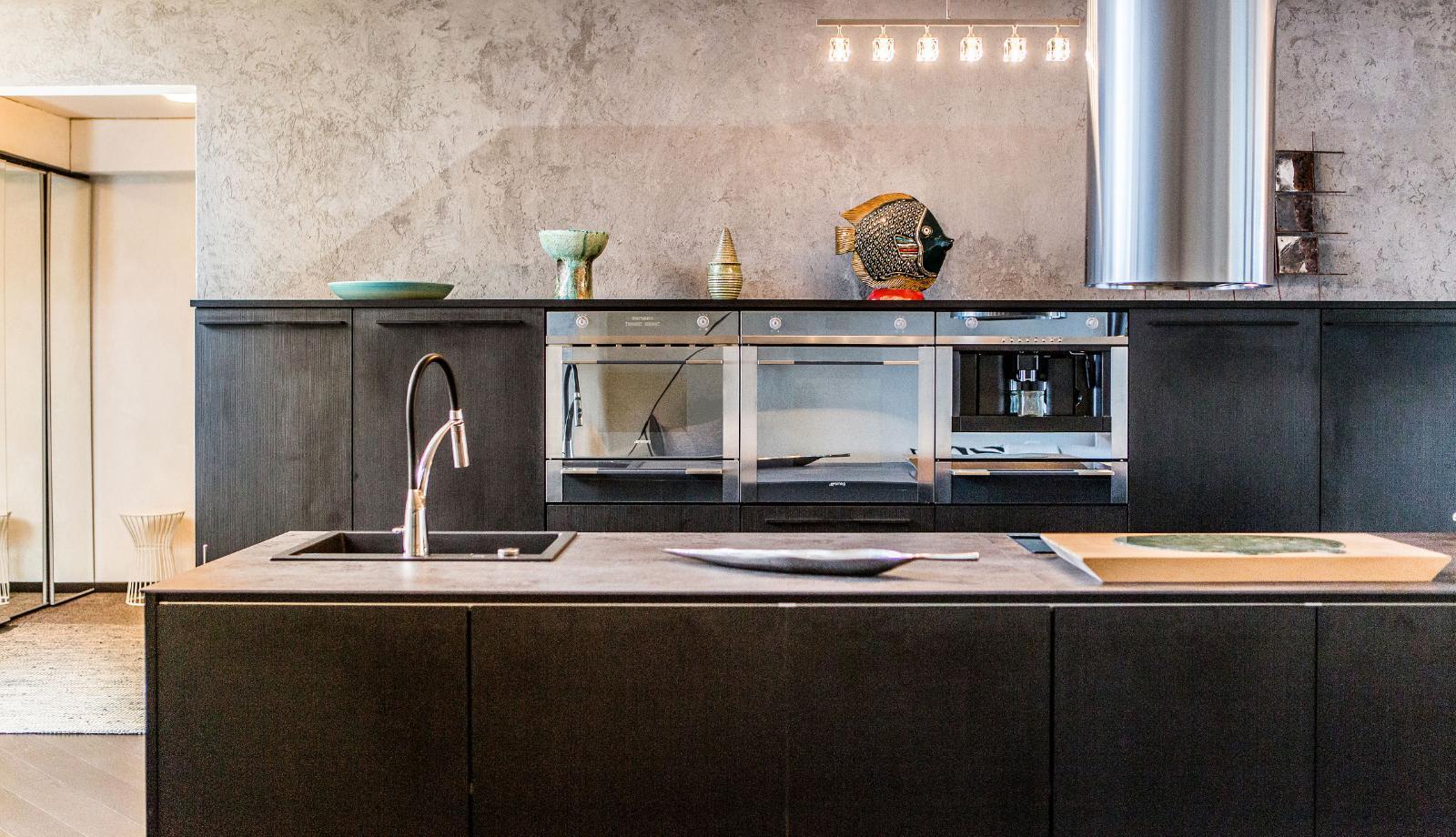 moderni musta keittiö