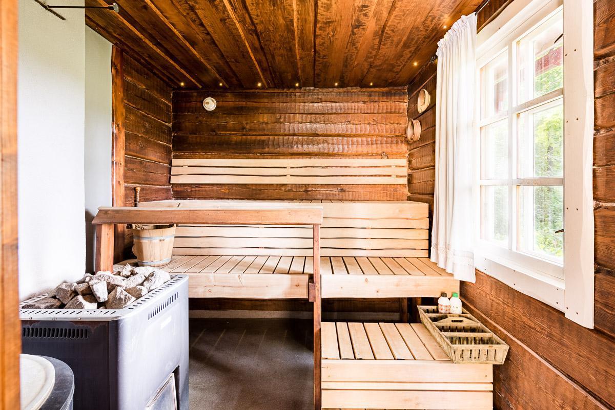 hirsiseinät ja kauniit saunan lauteet