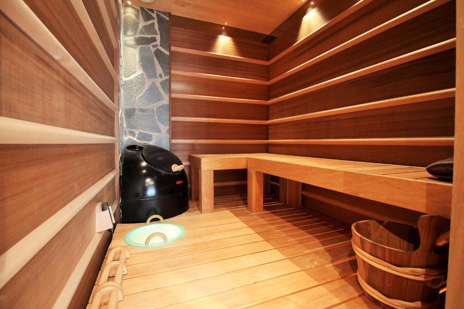 perinteinen sauna ja saunan lauteet