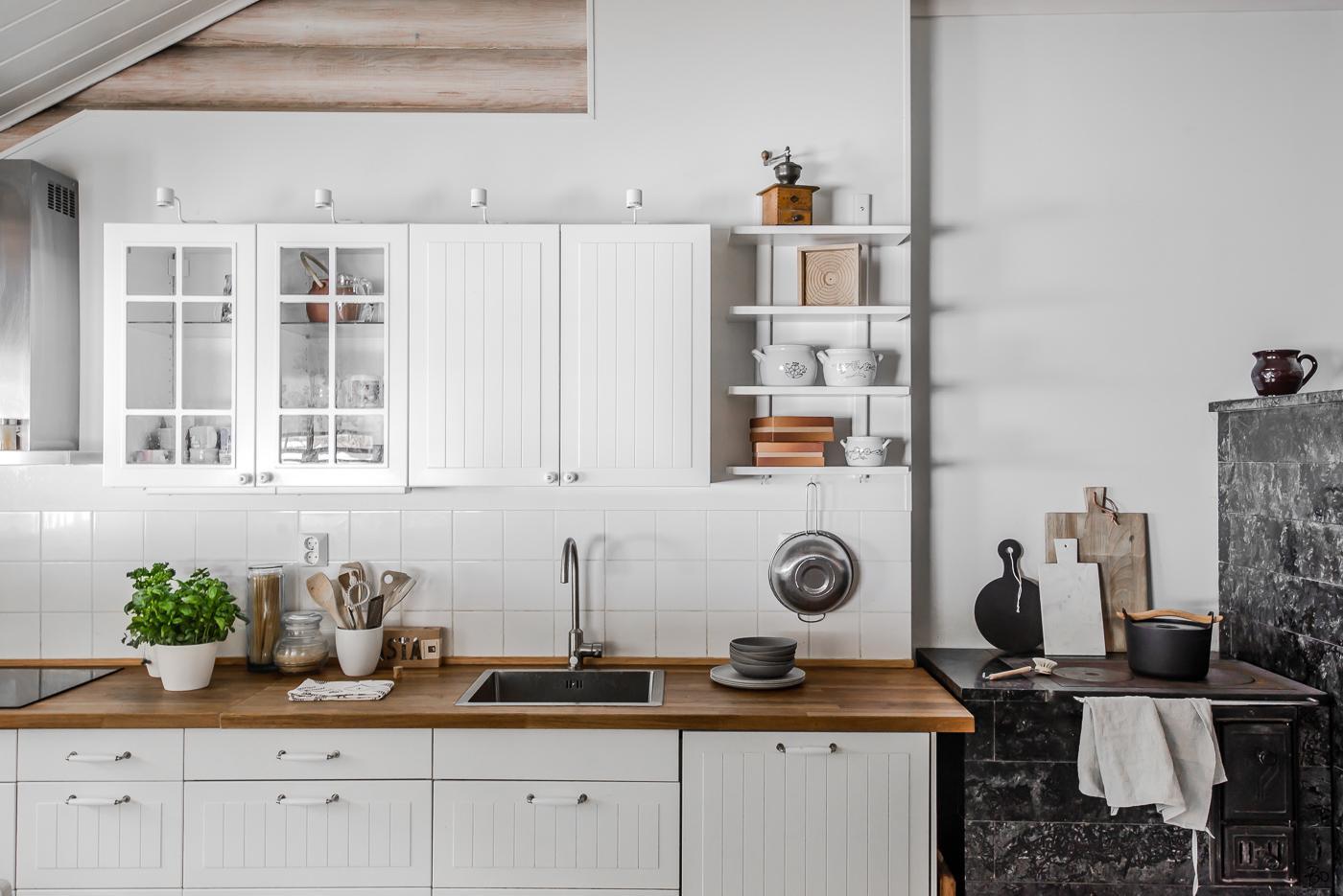 Hirsitalon kodikas keittiö puuliedellä  Etuovi com Ideat & vinkit