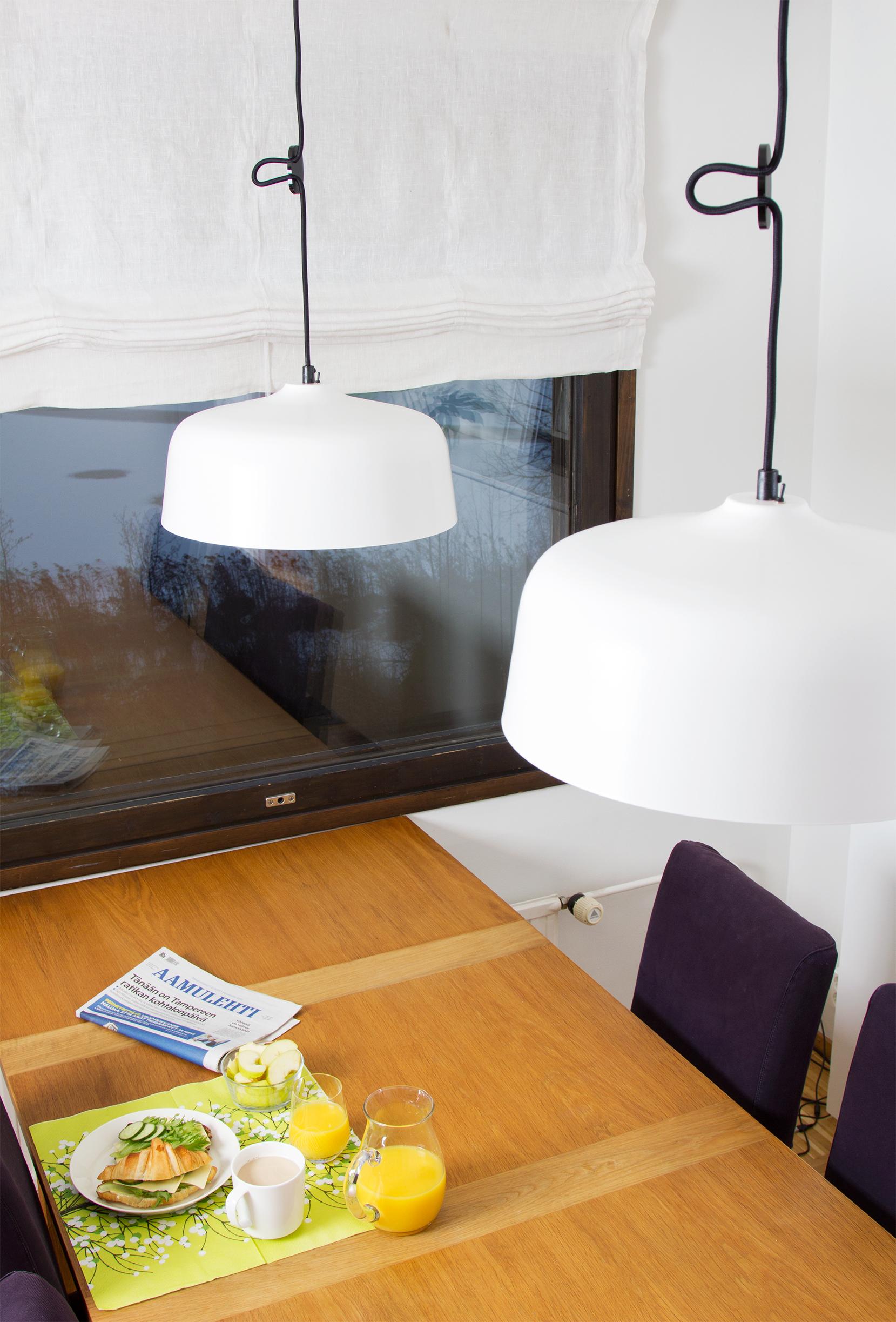 Kirkasvalolamppu mustalla tekstiilijohdolla