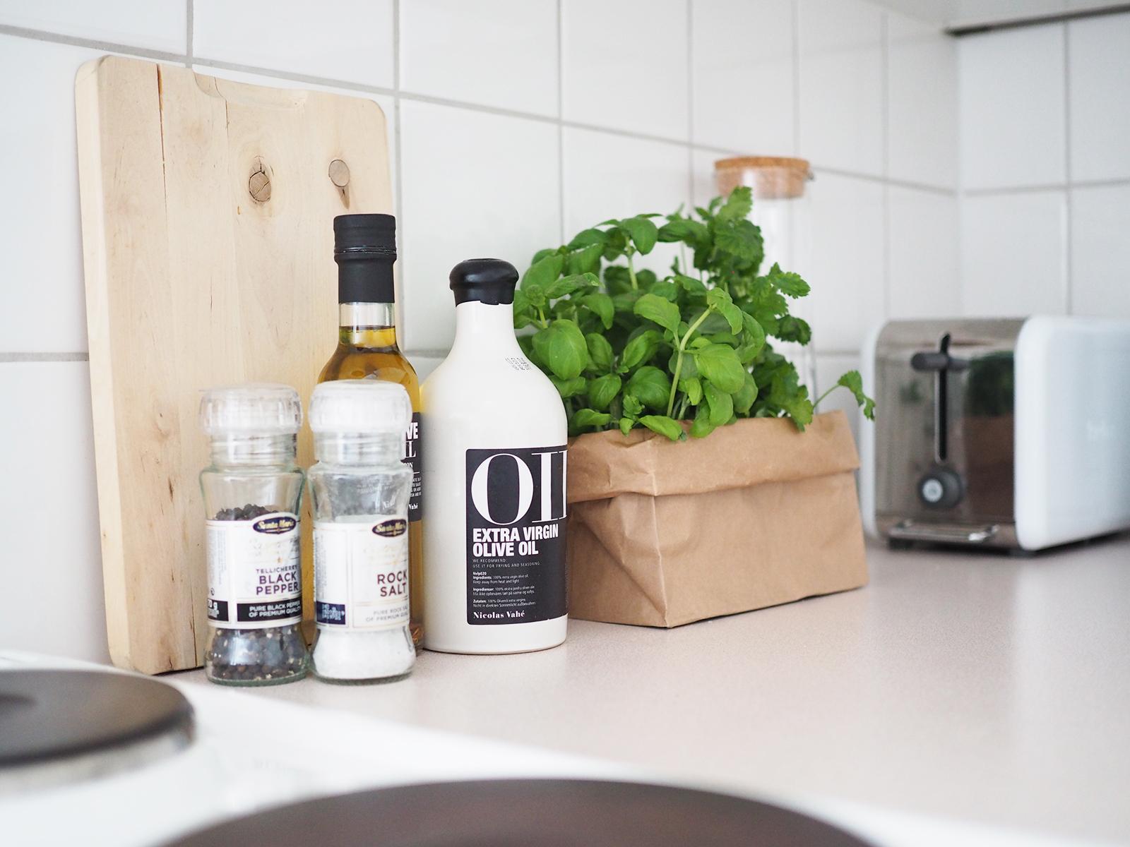 Kaksion keittiön yksityiskohtia