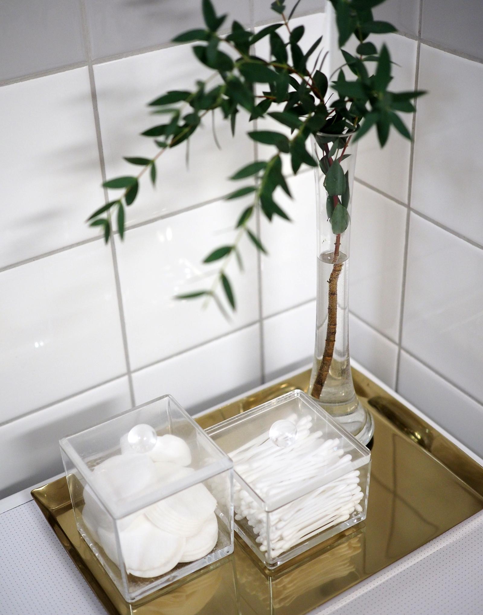 Kaksion kylpyhuoneen yksityiskohtia