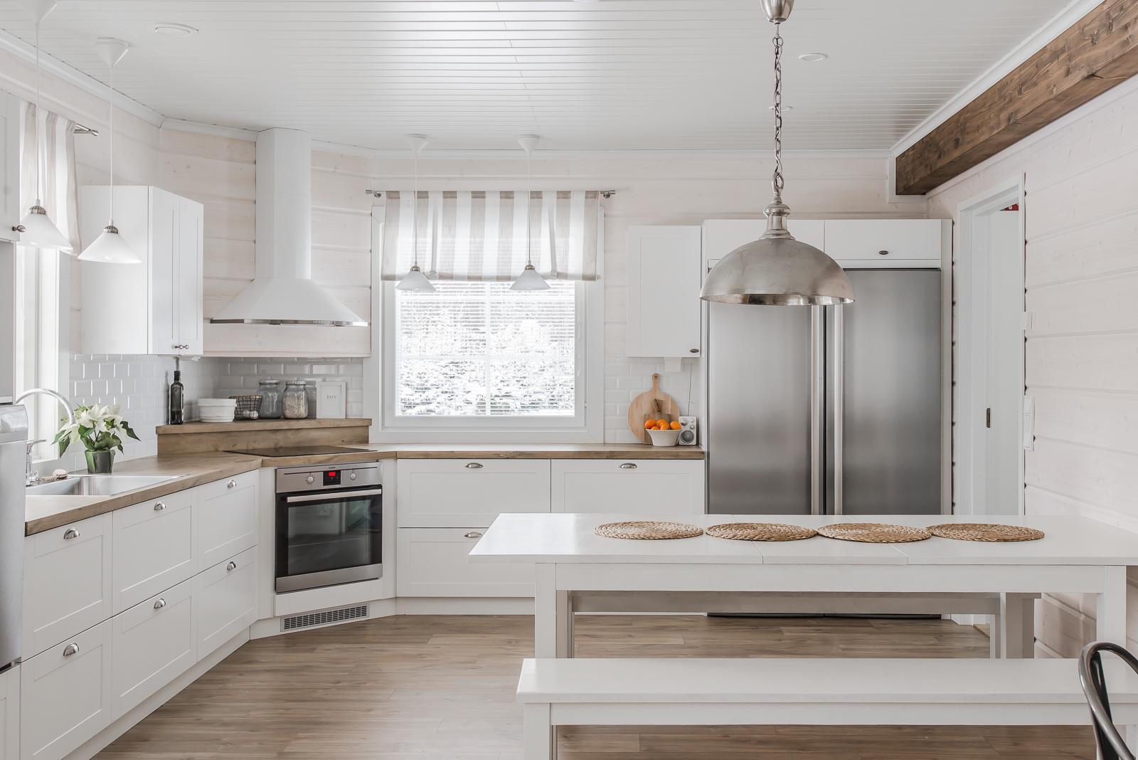 Hirsitalon maalaisromanttinen keittiö on jokaisen kokin unelma  Etuovi com I