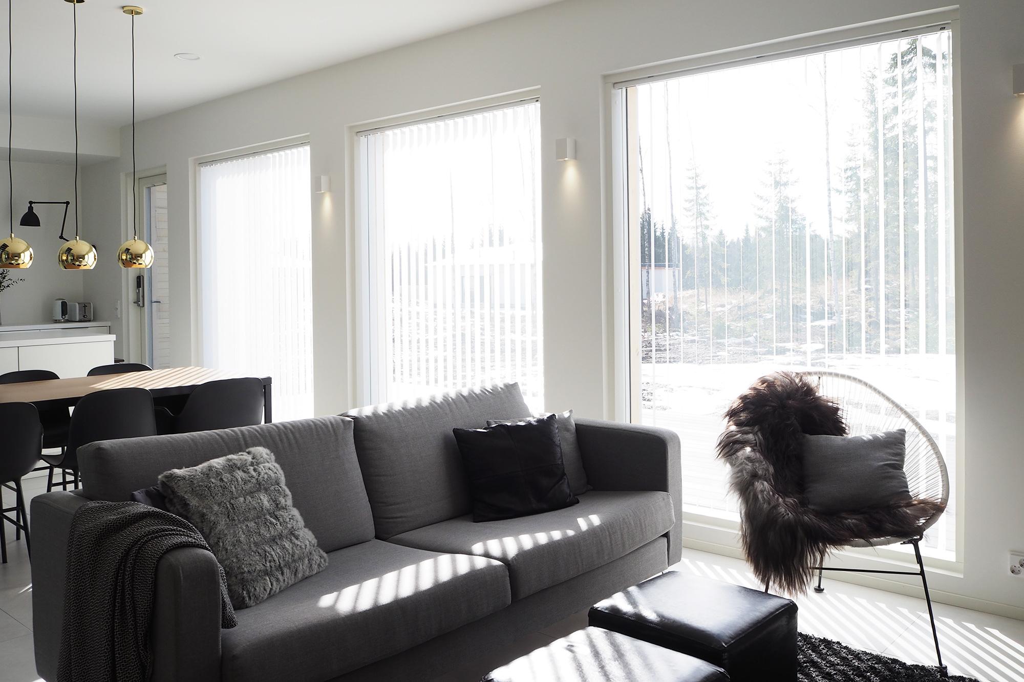 Olohuone jälkeen - lamelliverhot ikkunoissa