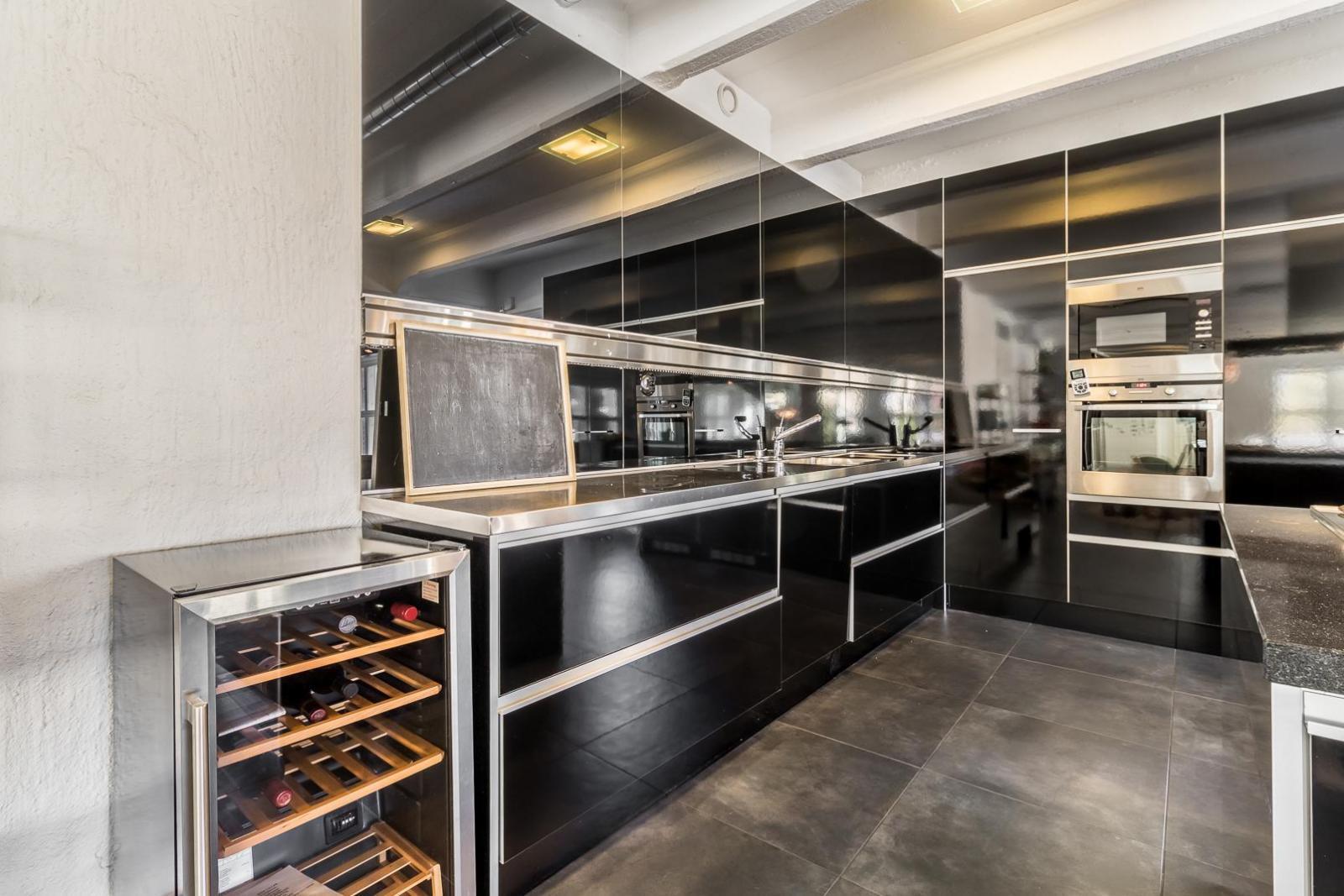 Moderni musta keittiö on loft asunnon sydän  Etuovi com Ideat & vinkit