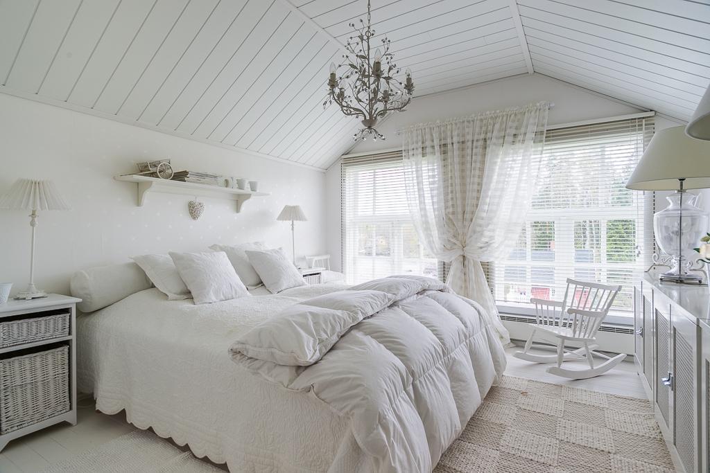 valkoinen maalaisromanttinen makuuhuone