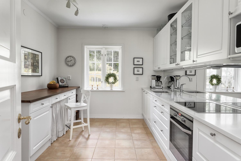 valkoinen maalaisromanttinen keittio