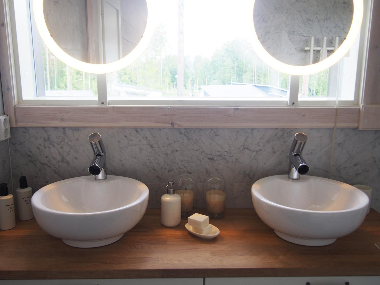kylpyhuone marmorilaatoilla kotikylpylät