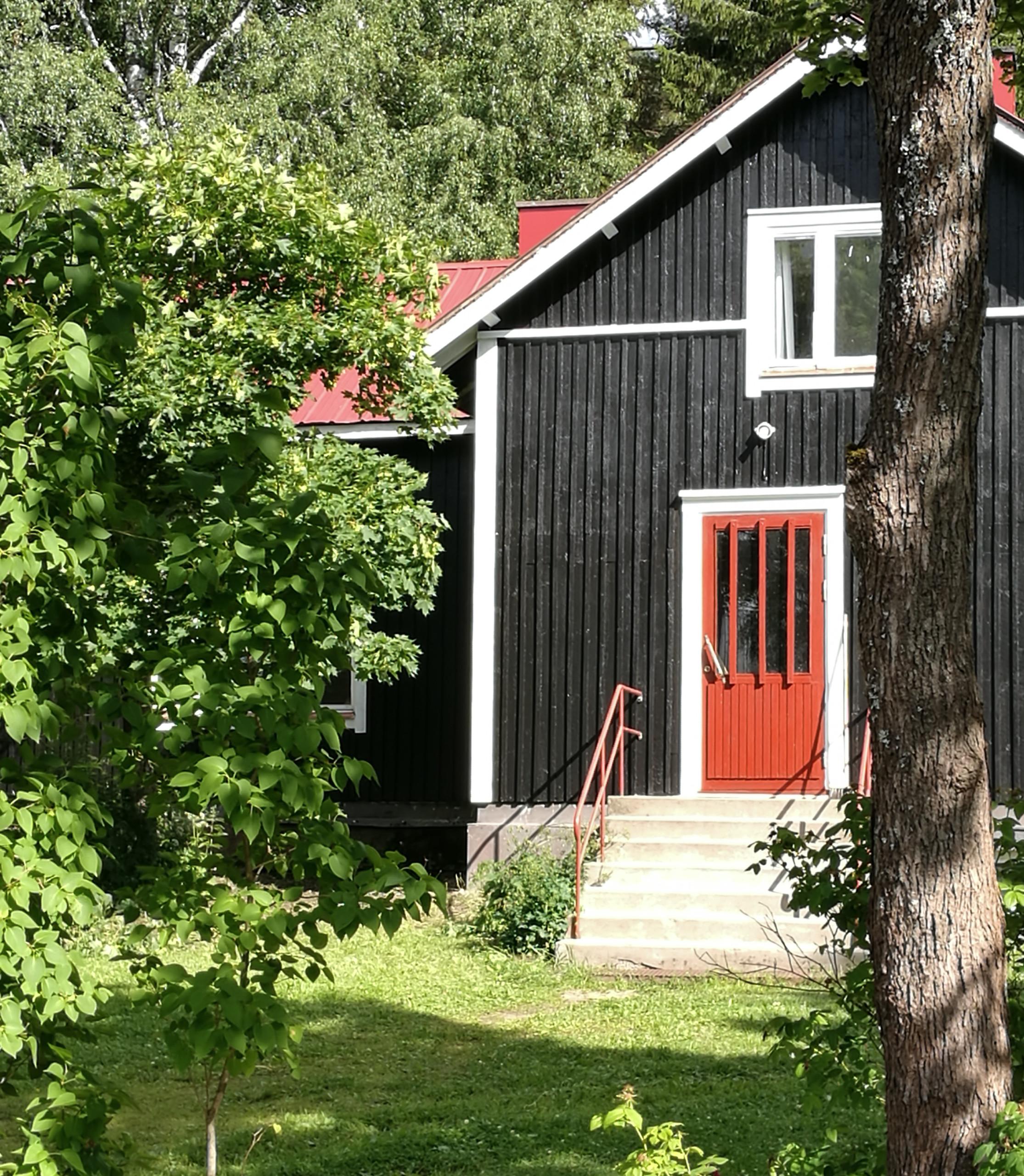 vanhasta talosta tuli modernisti musta hirsitalo
