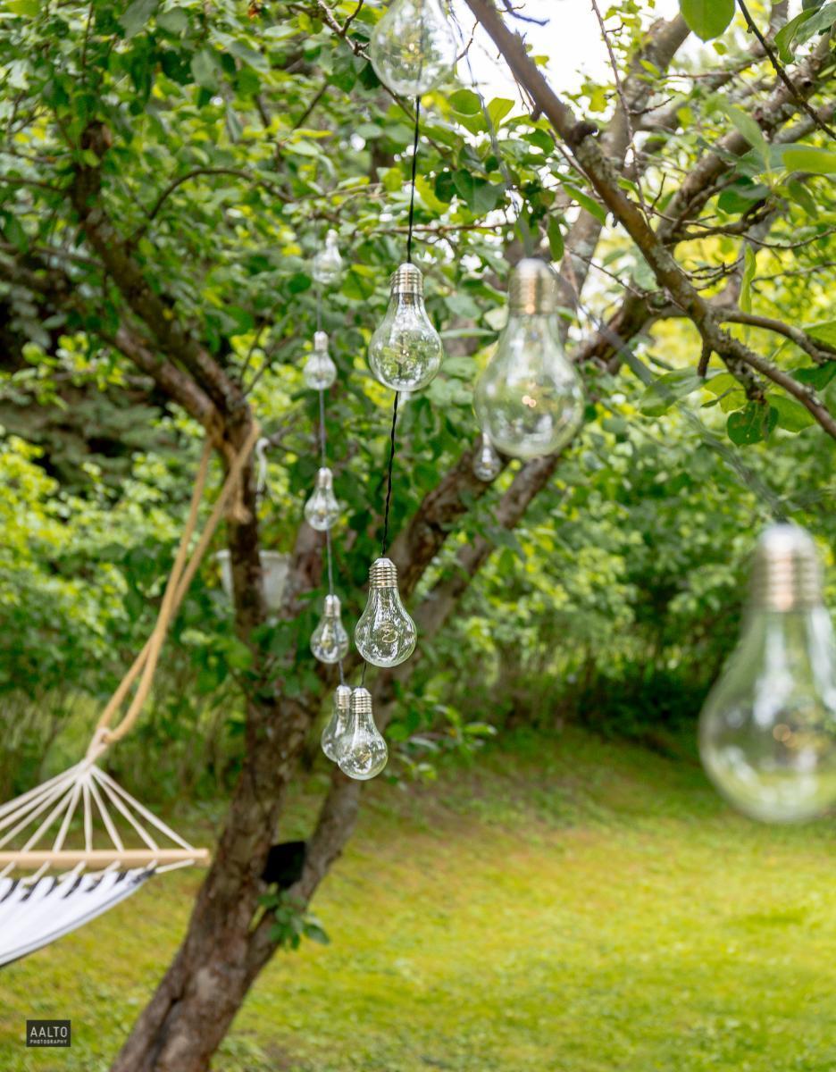 tyylikäs valaistus puutarhassa