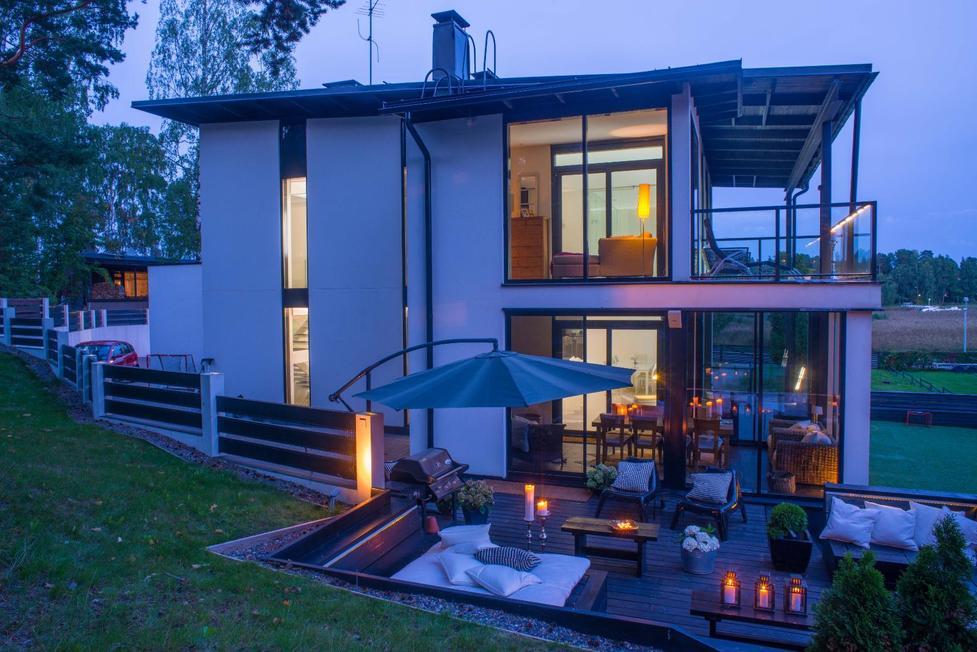 tunnlmallinen valaistus modernin talon terassilla