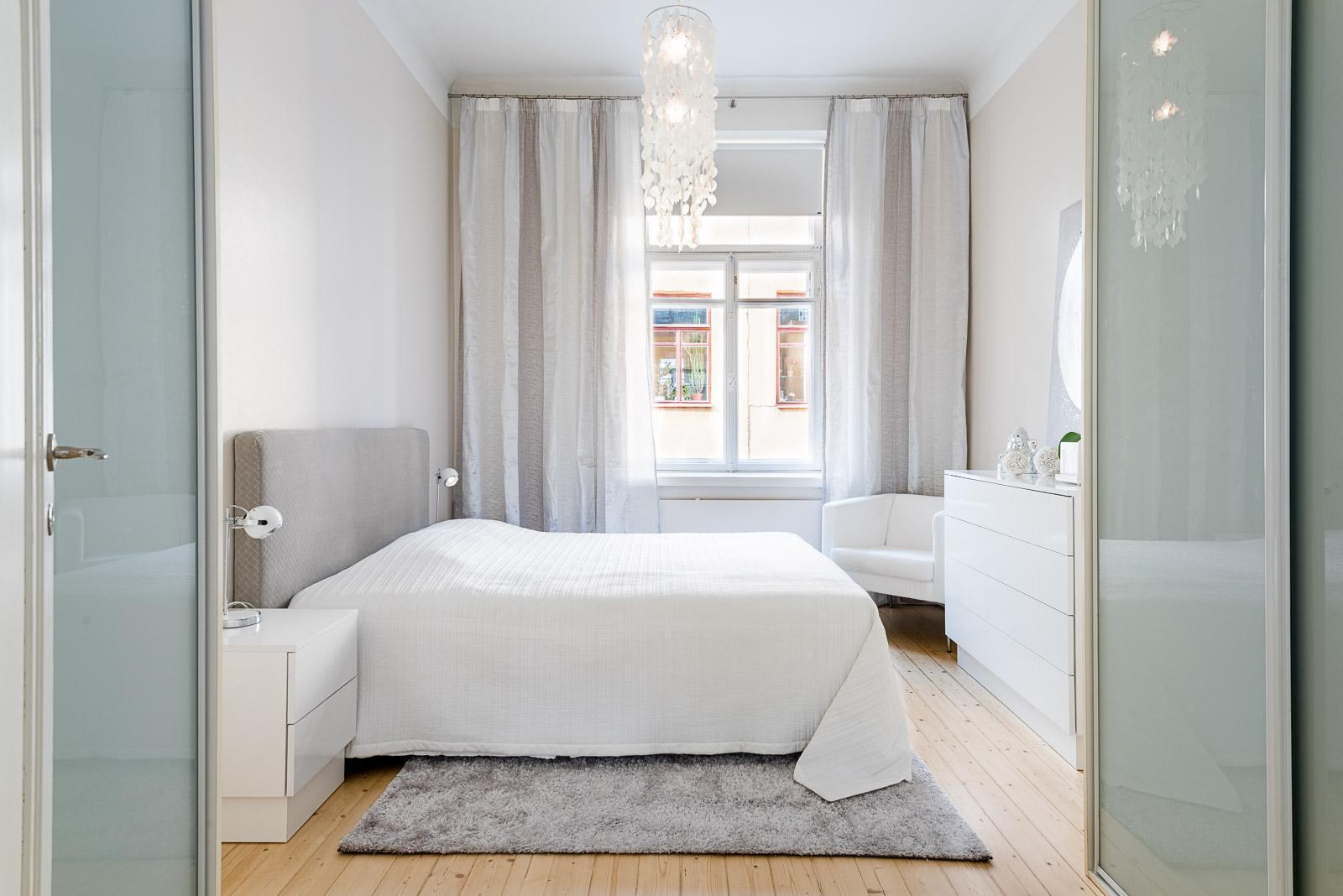valkoinen sisustus makuuhuoneessa