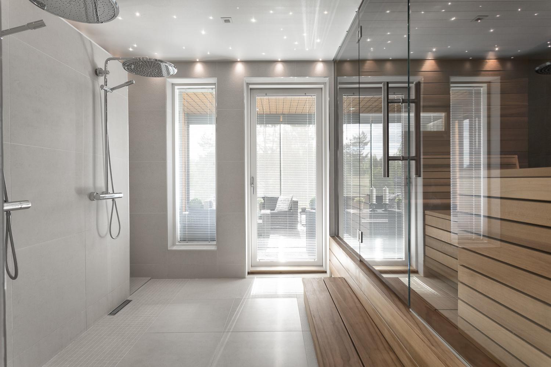 moderni harmaa kylpyhuone
