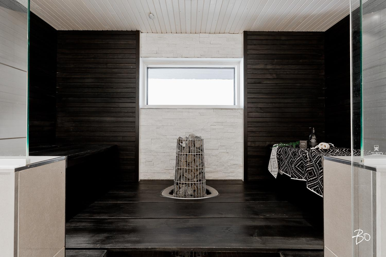 moderni mustavalkoinen sauna