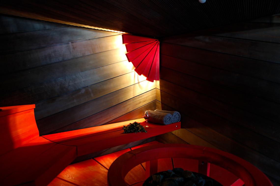 punainen moderni sauna