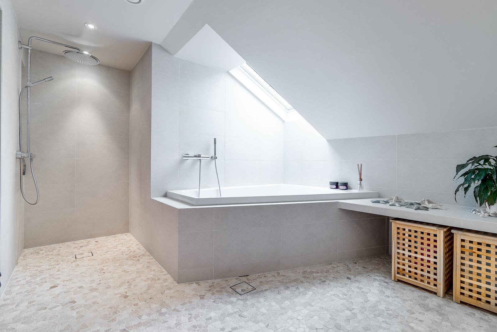 moderni sisustus kylpyhuoneessa, valoisa koti