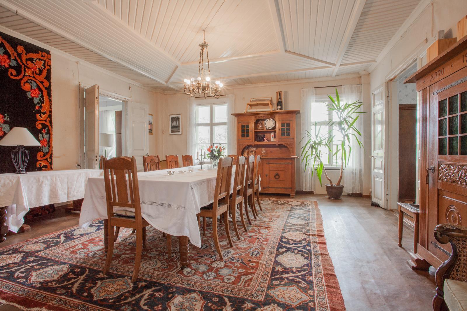 vanhat huonekalut ruokasalin sisustuksessa