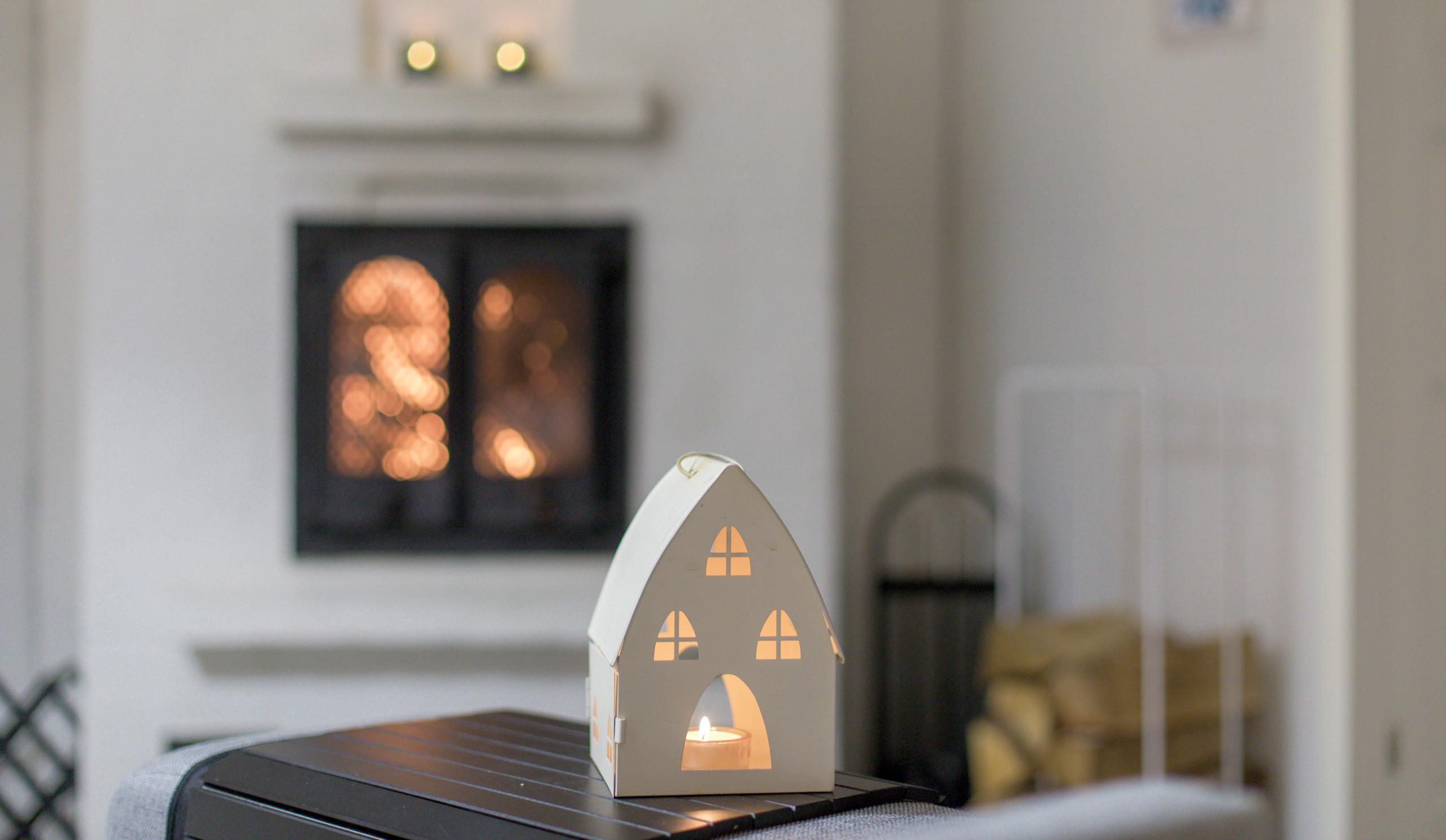 paloturvallinen koti, kynttilä ja takka