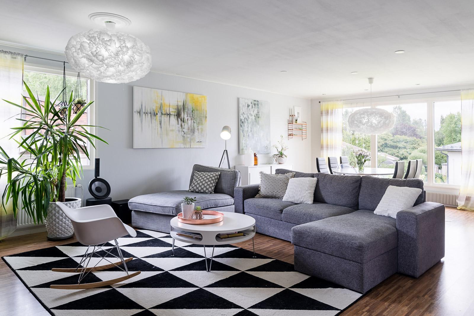 Modernia muotokieltä ja rentoutta olohuoneen sisustuksessa