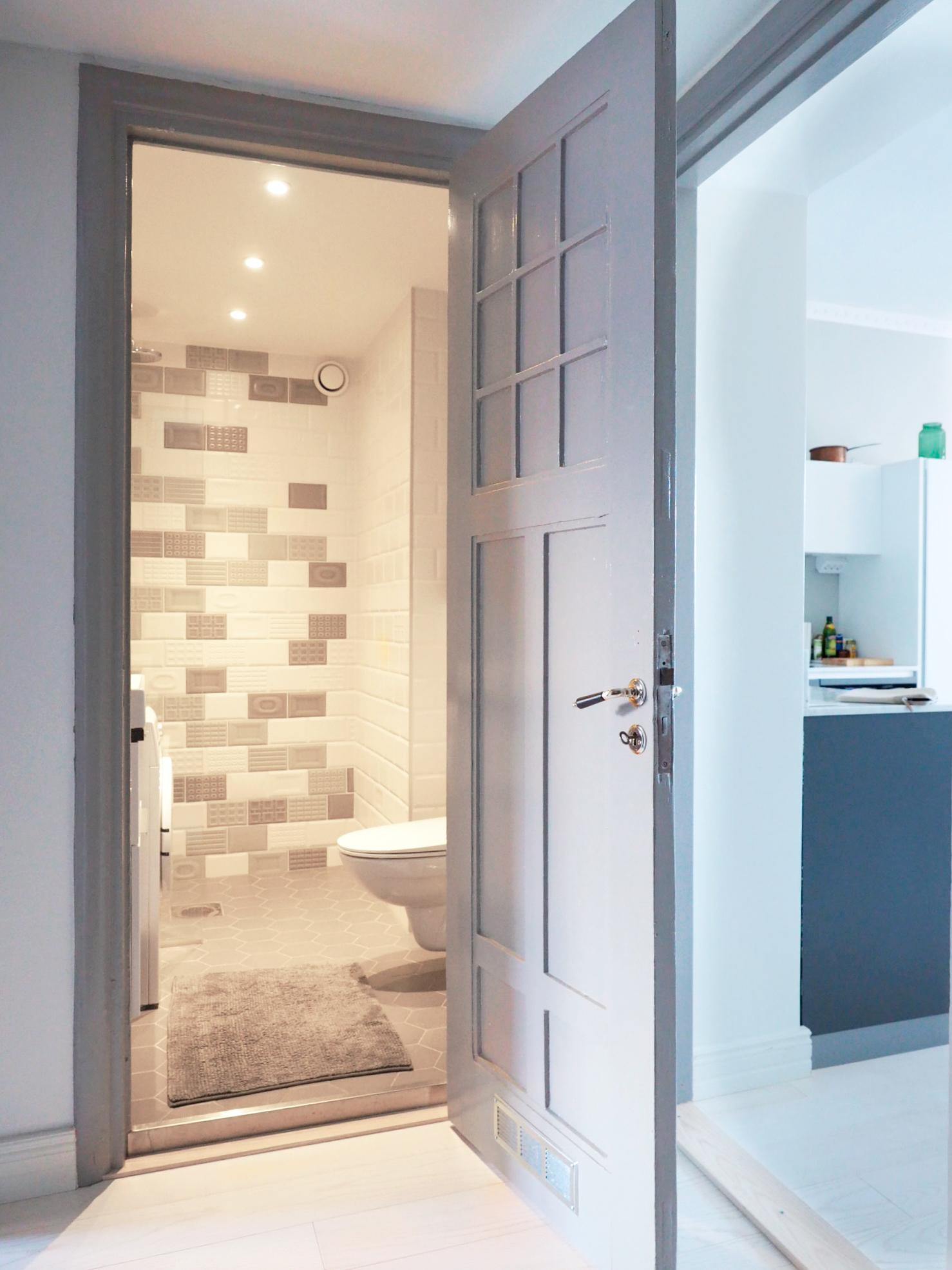 kaksion remontti, uudet laatat kylpyhuoneessa ja kunnostettu vanha ovi