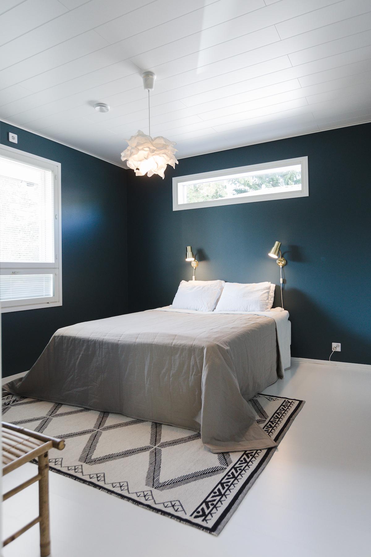 petroolinsiniset seinät makuuhuoneessa