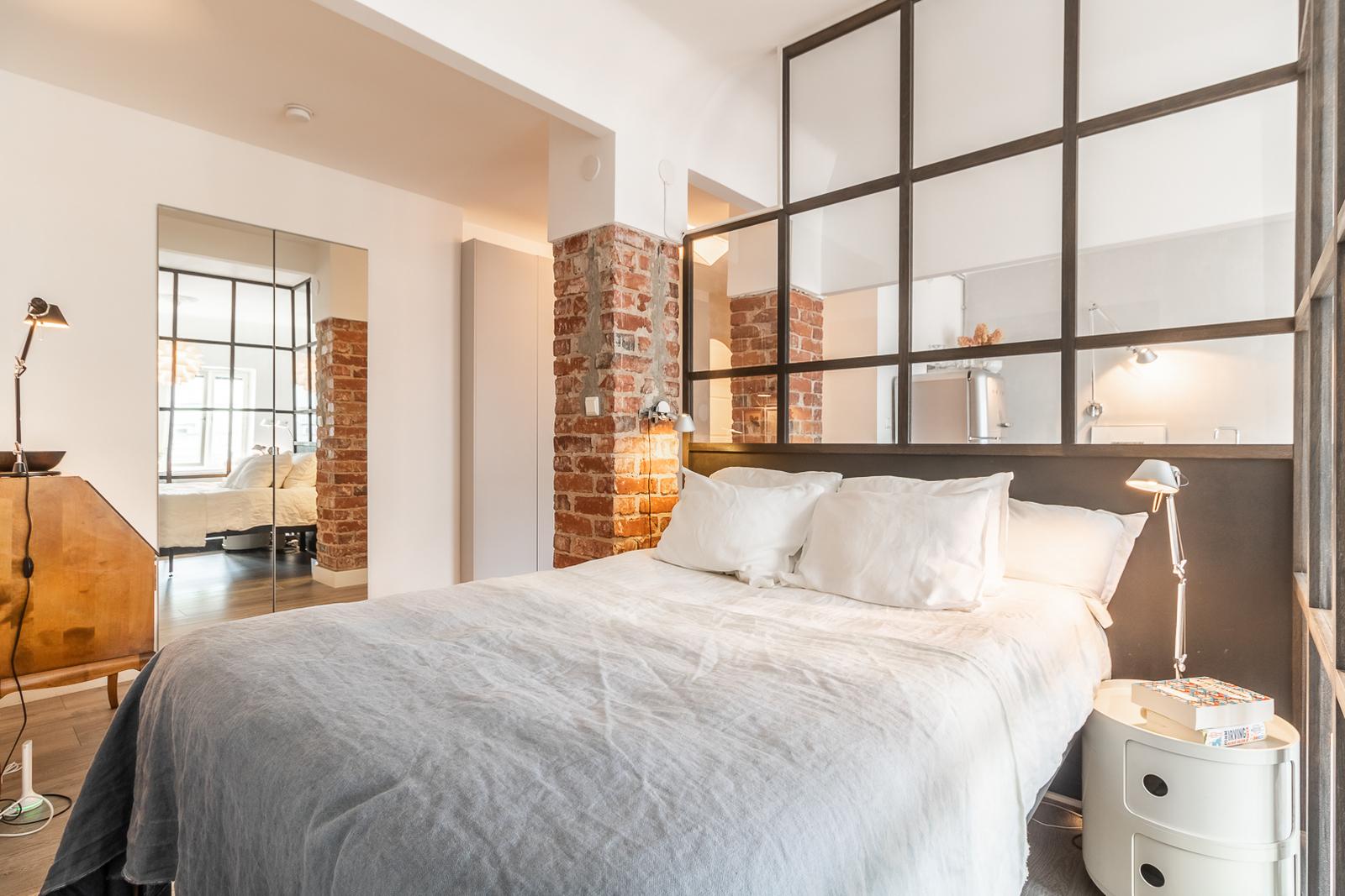lasiseinä tilanjakaja makuuhuoneen ja olohuoneen välillä