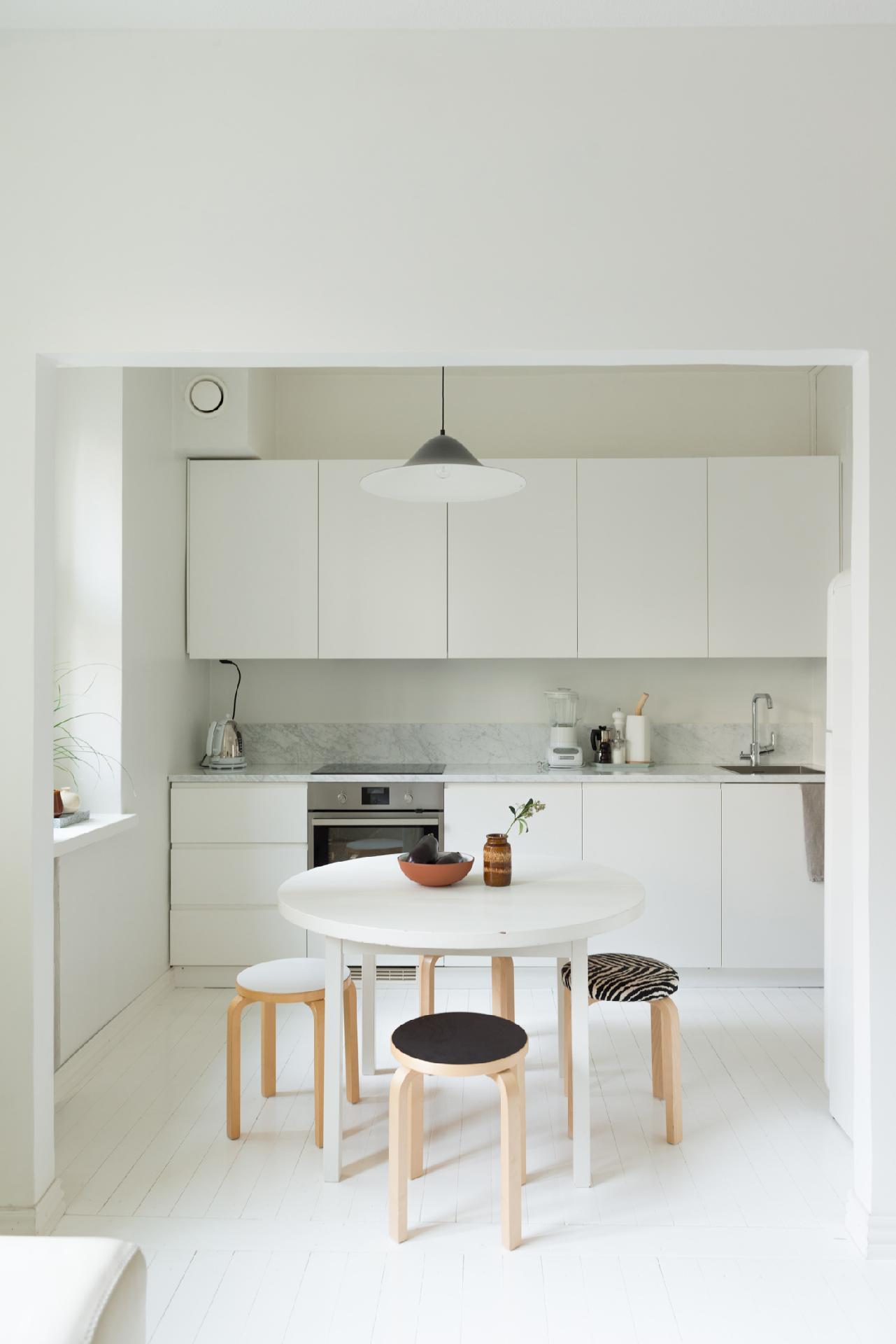 valkoinen pieni keittiö