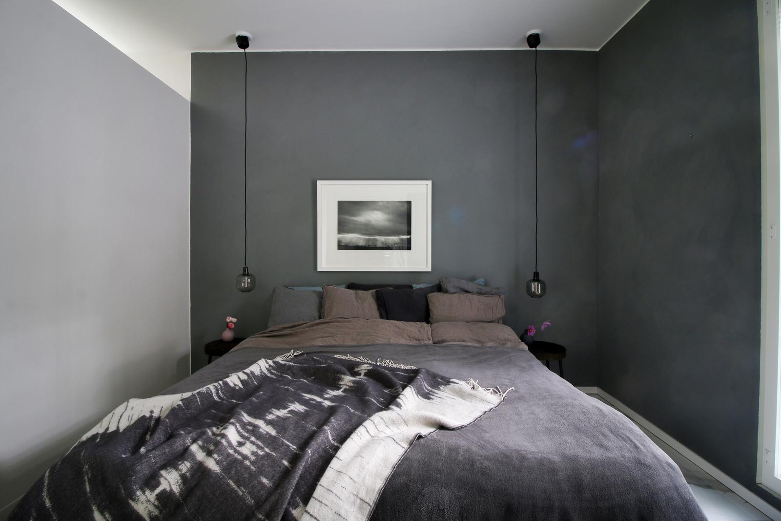 harmaa sisustus makuuhuoneessa
