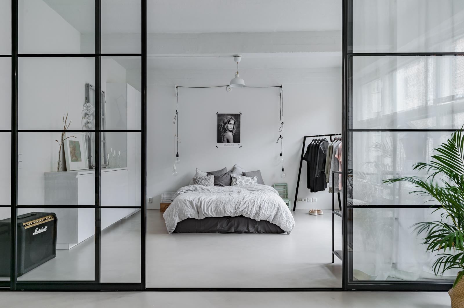 lasiovet makuuhuoneessa