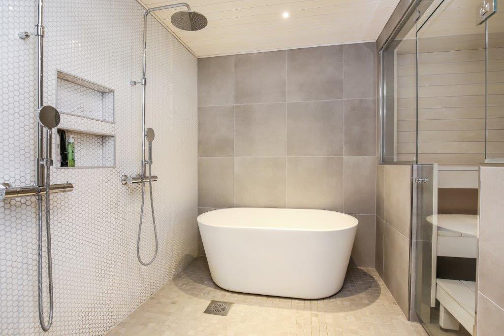 Omakotitalo Uudellamaalla kylpyhuone